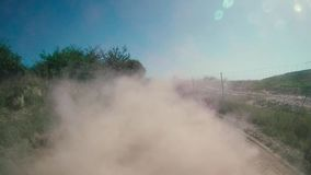 Lastbil med damm i dess baksida arkivfilmer