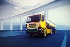lastbil med den olje- cisternen på asfaltvägen Arkivbild