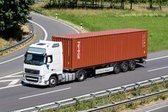 Lastbil med den Triton behållaren på motorwayen fotografering för bildbyråer