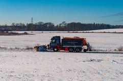 Lastbil med en snöplog Fotografering för Bildbyråer