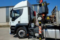 Lastbil med kranen Arkivbild
