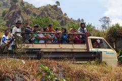 Lastbil med många lyckliga personer, Indonesien Royaltyfri Bild