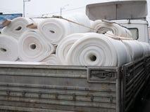 Lastbil mycket av komprimerad vit mineralisk ull arkivbild