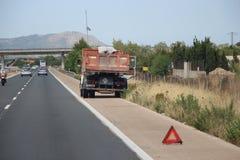 Lastbil ner på motorwayen arkivbild
