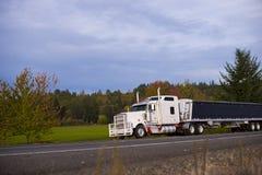 Lastbil och bu för yrkesmässig pålitlig kraftig populär stor rigg halv Royaltyfri Fotografi