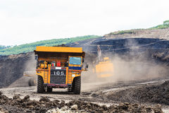 Lastbil och elektrisk skyffel i öppen grop Royaltyfri Bild