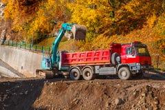 Lastbil och grävskopa Royaltyfri Fotografi
