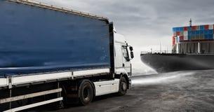 Lastbil och lastfartyg som är klara att starta att leverera Royaltyfri Bild