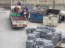 Lastbil och murare Arkivbild