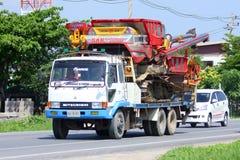Lastbil- och risskördetröska Arkivbild