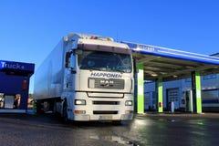 Lastbil och släp för vit man 18,480 på en bensinstation Arkivbild