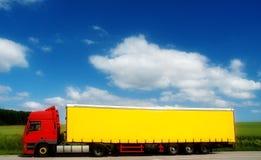 Lastbil och släp på bygd Arkivbilder