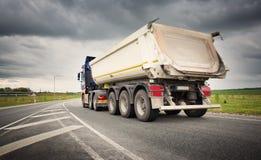 Lastbil på asfaltvägen Royaltyfri Bild