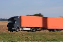Lastbil på asfaltvägen Royaltyfri Foto