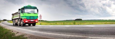 Lastbil på asfaltvägen Royaltyfria Foton