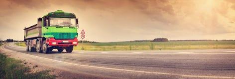 Lastbil på asfaltvägen Arkivfoto
