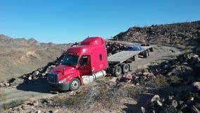 Lastbil på bergvägen royaltyfria foton