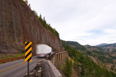 Lastbil på bron nära klippan Royaltyfria Bilder