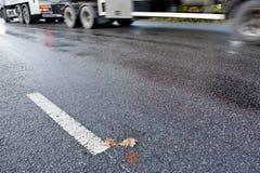 Lastbil på den hala vägen Arkivfoton