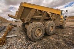 Lastbil på en byggandeplats med gyttja och vatten arkivfoto