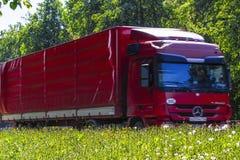 Lastbil på en huvudväg i Moskvaregion Royaltyfri Bild