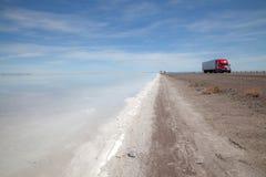 Lastbil på en huvudväg längs Utah Salt Lake Arkivfoton