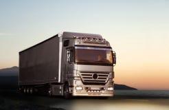 Lastbil på en landsväg Royaltyfria Bilder