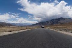 Lastbil på en rak väg i Ladakh Royaltyfria Bilder