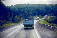 Lastbil på huvudväg-leverans av gods i dåligt väderhot foto från taxin av en stor lastbil överst Royaltyfri Bild