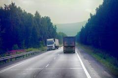 Lastbil på huvudväg-leverans av gods i dåligt väderhot foto från taxin av en stor lastbil överst Royaltyfri Foto