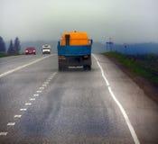 Lastbil på huvudväg-leverans av gods i dåligt väderhot foto från taxin av en stor lastbil överst Royaltyfri Fotografi