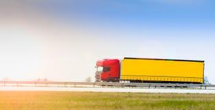 Lastbil på huvudvägen Royaltyfria Bilder