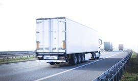 Lastbil på huvudvägen Fotografering för Bildbyråer