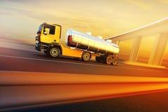 Lastbil på huvudvägen för asfaltväg Royaltyfri Foto