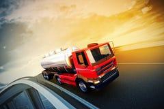 Lastbil på huvudvägen för asfaltväg Fotografering för Bildbyråer
