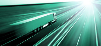 Lastbil på suddighet för rörelse för asfaltväg arkivfoto