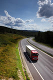 Lastbil på vägen Royaltyfri Bild