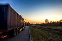 Lastbil på vägen Arkivbilder