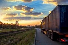 Lastbil på vägen royaltyfria foton