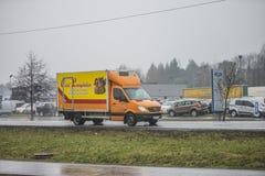 Lastbil på vägen Arkivfoto