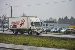 Lastbil på vägen Royaltyfri Fotografi
