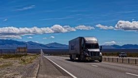 Lastbil på vägen i Death Valley Royaltyfri Bild