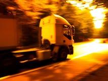 Lastbil på vägen. Suddighet rörelse. Arkivbilder