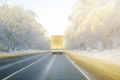 Lastbil på vintervägen arkivfoto