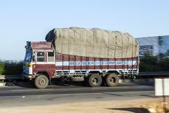 Lastbil på den Yamuna motorvägen Fotografering för Bildbyråer