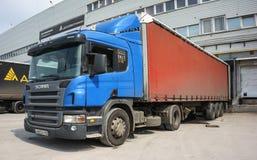 Lastbil på päfyllning Arkivbild
