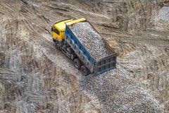 Lastbil som är fullastad med den krossade stenen Arkivbild