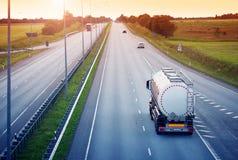 Lastbil som är rörande på solig afton Arkivbild