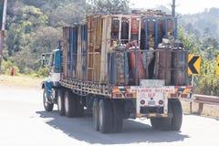 Lastbil som bär industriell utrustning i Guatemala Arkivbild