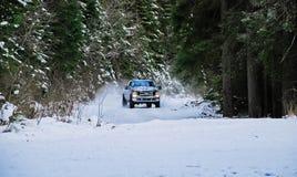 lastbil som 4x4 driver på vintersnövägen i skog fotografering för bildbyråer